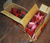 2 kasser med Bratberg-klosser for gjennomføring av kabel og rør