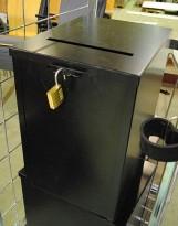 Forslagskasse / stemmeurne i sortlakkert metall med Abus kodelås, pent brukte