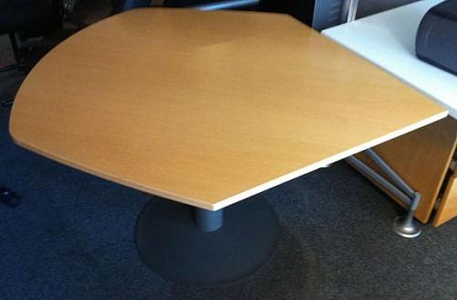 Kinnarps vinklet, avrundetavlastningsbord i bok, pent brukt