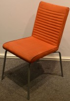 Offecct Quick besøksstol /konferansestol i rødt mikrofiberstoff, grålakkerte ben, pent brukt
