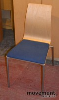 Konferansestol i formspent bøk, med sete i blått ullstoff, pent brukte