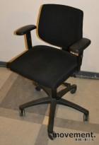 Kontorstol: RBM 615 i sort, med armlener, pent brukt