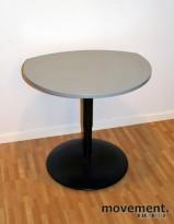 Lite avlastningsbord i grått, sort sokkel, 68x57cm, pent brukt