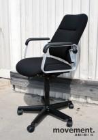 Kinnarps retro kontorstol, nyoverhalt og nytrukket i sort stoff, pent brukt