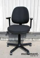 RH Logic 3 ergonomisk kontorstol, nyoverhalt og nytrukket i sort, pent brukt KUPPVARE