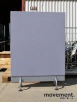 Frittstående skillevegger på ben i blågrått stoff, 140x100cm, pent brukt