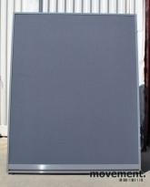 Skillevegger fra Kinnarps i mørk grå, flere mål tilgjengelig, pent brukt