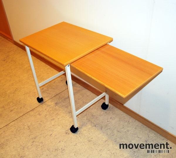 Lite bord avlastningsbord på hjul ibok hvitt, 55×44 cm, pent brukt