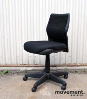 Steelcase kontorstol i sort stoff med rygg i sort plast, pent brukt