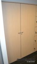 Garderobeskap 43cm dybde fra Steelcase, med fronter i lys eik, pent brukte