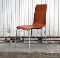 Konferansestol i kirsebærfarget formspent tre med grå ben, pent brukt