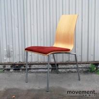 Fora Form konferansestol i lyst tre med sittepute i rød mikrofiber, brukt