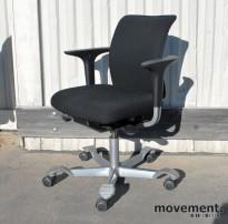 Håg H05 5200 kontorstol i sort stoff (MT0001) med armlener, pent brukt