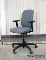 Savo Eos HL kontorstol i lys grå Gaja med armlener og høy rygg, pent brukt