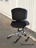 Savo Ikon kontorstol nyoverhalt og nytrukket i sort stoff (Fame), pent brukt KUPPVARE