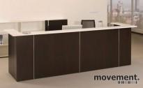 Moderne resepsjon i hvitt/valnøtt, 347cm bredde, komplett med pulter, NY/UBRUKT