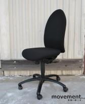Savo Artemis kontorstol nyoverhalt og nytrukket i sort stoff (Fame), pent brukt