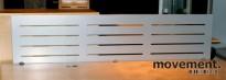Bordskillevegg / pultskillevegg i grålakkert metall, 160 cm bredde, pent brukt