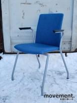 Konferansestol / stablestol i blåmelert ull, med armlener, grå ben, pent brukt