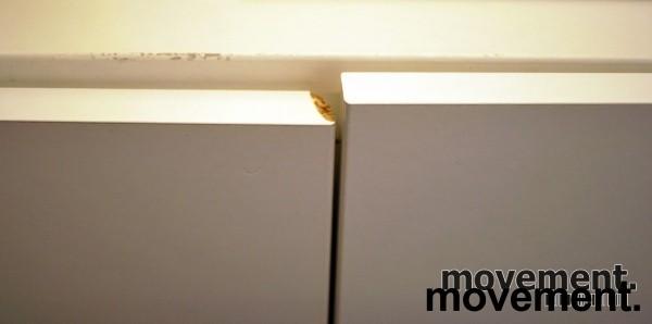 Skap med dører, i hvitt, 4 høyder, 8 rom, 129 cm høy, 120 cm bred, pent brukt bilde 3