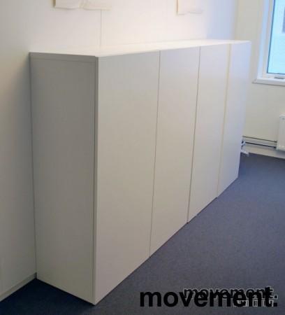 Skap med dører, i hvitt, 4 høyder, 8 rom, 129 cm høy, 120 cm bred, pent brukt bilde 1