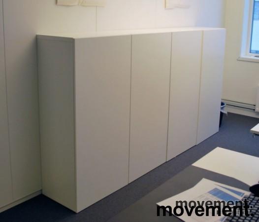 Skap med dører, i hvitt, 4 høyder, 8 rom, 129 cm høy, 120 cm bred, pent brukt bilde 2
