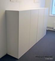 Skap med dører, i hvitt, 4 høyder, 8 rom, 129 cm høy, 120 cm bred, pent brukt