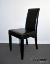 Konferansestol med høy rygg i sort kunstskinn, pent brukt