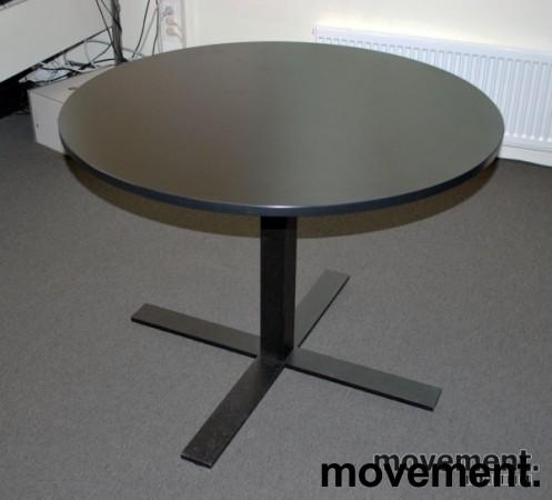 Rundt bord i sort med understell isortlakkert metall, u00d8=100, pent brukt