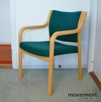 Bred besøksstol / stablestol i bøk med trekk i grønnmønstret stoff, pent brukt