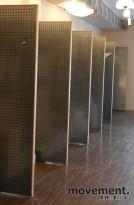 Butikkinnredning: Piggvegg/ perforerte stålplater for veggmontering, pent brukte