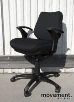 RBM 820 kontorstol med armlener, nyoverhalt og nytrukket i sort, pent brukt