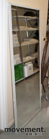 Vegghengt speil med rektangulær ramme i grålakkert metall, 161x65 cm, pent brukt bilde 2
