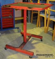 Verkstedtralle / skruebord på hjul, med gummimatte for skruer, brukt