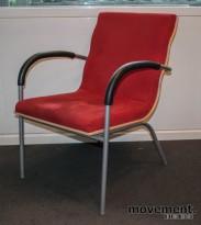 EFG Billow loungestol i rød mikrofiber / bjerk, sittehøyde 43 cm, pent brukt