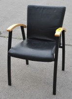 Kinnarps karmstol i bøk / sort skinn, pent brukte