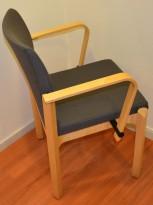 Konferansestol fra Kinnarps i bjerk / grått, med armlene, pent brukt