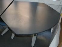 Kinnarps T-serie sidebord med avrundtet ende, 130cm maxbredde, pent brukt