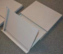 Manuskriptholder i metall, kan skyves under skjerm når den ikke er i bruk, pent brukt