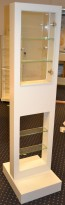 Butikkmonter, låsbart monter i plexi / hvitt, pent brukt