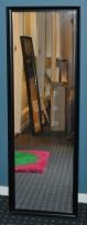 Vegghengt speil, sort ramme, 40x120cm, pent brukt men med noe kosmetisk småtteri