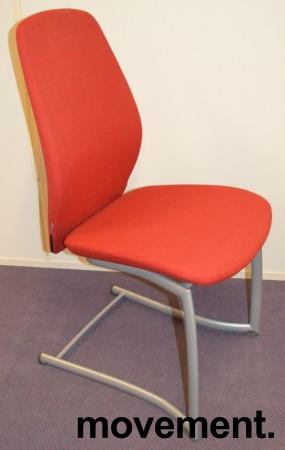 Kinnarps Plus 376 konferansestol i rødt stofftrekk, grått understell, pent brukt bilde 1