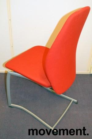 Kinnarps Plus 376 konferansestol i rødt stofftrekk, grått understell, pent brukt bilde 4