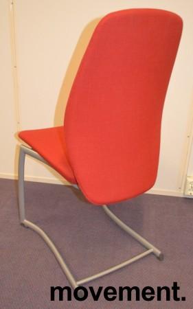 Kinnarps Plus 376 konferansestol i rødt stofftrekk, grått understell, pent brukt bilde 2