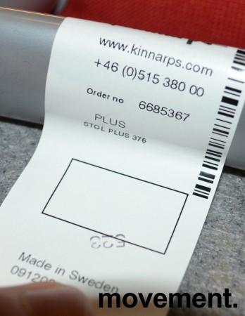 Kinnarps Plus 376 konferansestol i rødt stofftrekk, grått understell, pent brukt bilde 7