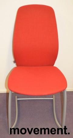 Kinnarps Plus 376 konferansestol i rødt stofftrekk, grått understell, pent brukt bilde 3