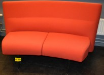 Loungesofa i rødt stoff, 2 seter, 154cm maxbredde, pent brukt