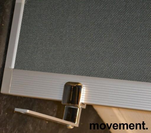 Bordskillevegg 80cm bredde, 40cm høyde, alu ramme trukket i grått stoff, pent brukt bilde 2