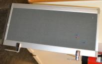 Bordskillevegg 80cm bredde, 40cm høyde, alu ramme trukket i grått stoff, pent brukt