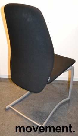 Kinnarps Plus 376 konferansestol i sort stofftrekk, grått understell, pent brukt bilde 2